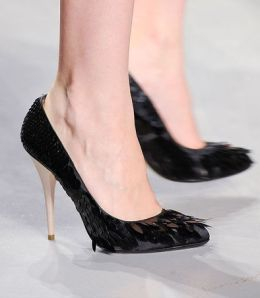 Court shoe in black satin with feathers